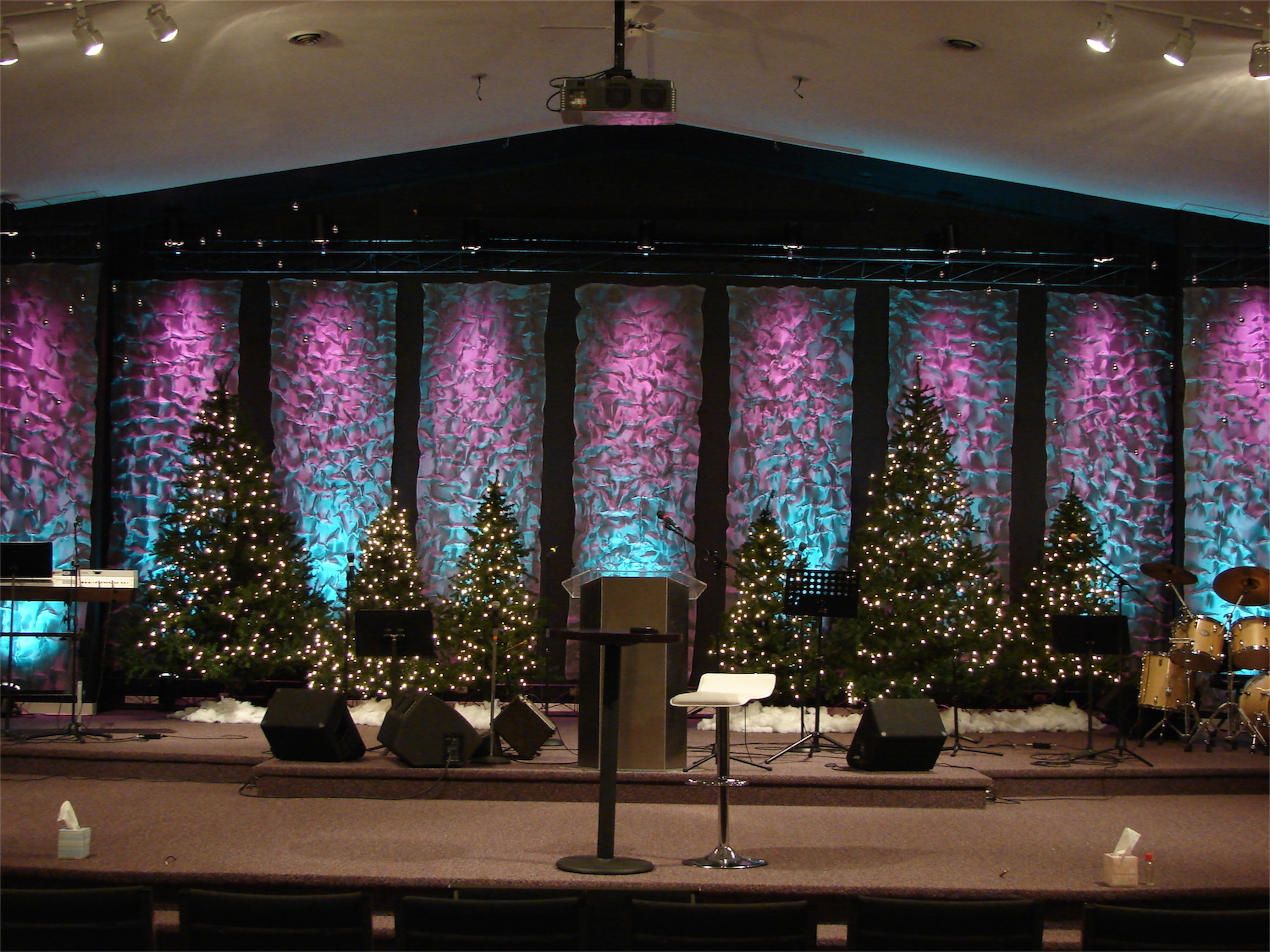Kris krinkle church stage design ideas for Aluminium decoration