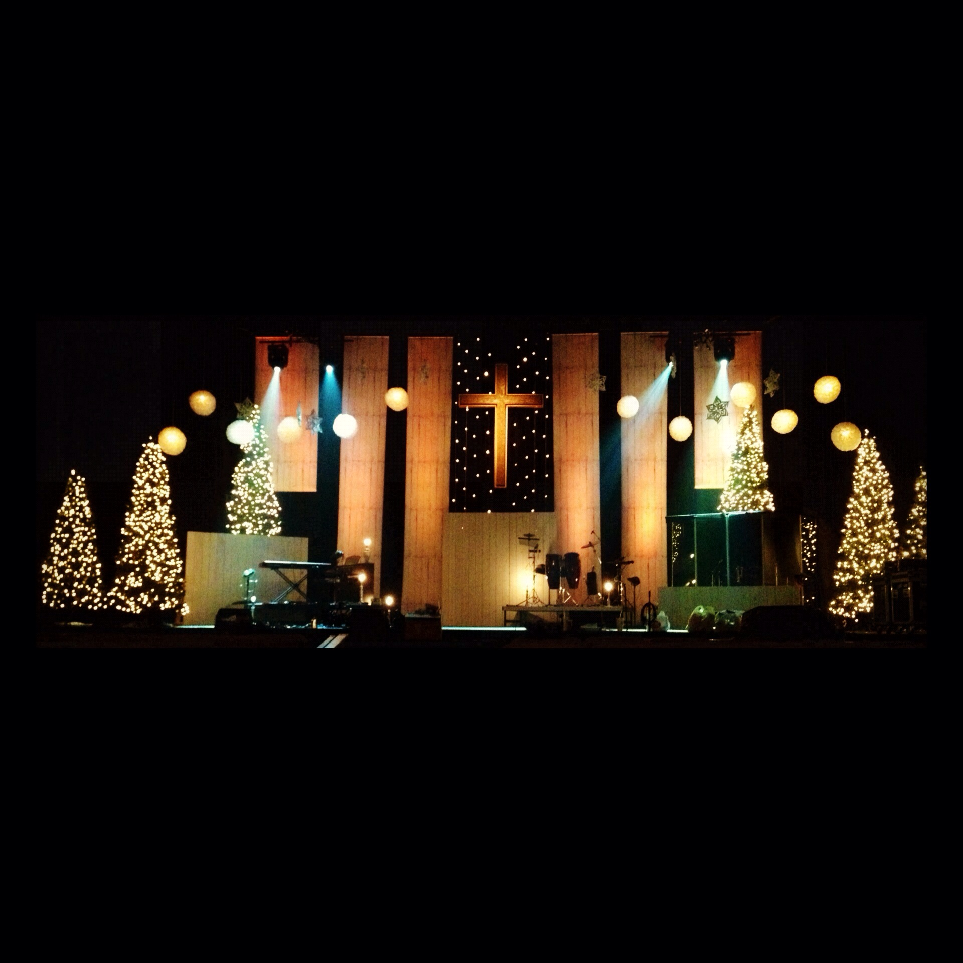 Simple Church Christmas Decoration Ideas : Wooden banner drops church stage design ideas